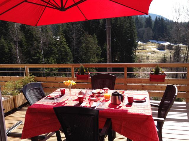 Petit déjeuner en terrasse chambres d'hôtes l'Eden de floridylle Xonrupt-Longemer Vosges